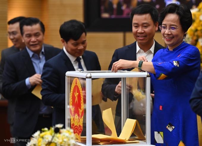 Các đại biểu HĐND TP Hà Nội bỏ phiếu bầu tân Chủ tịch HĐND TP. Ảnh: Giang Huy