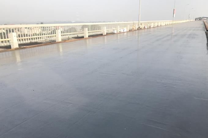 Một đoạn mặt cầu Thăng Long đã được trải bê tông cường độ cao, chưa trải bê tông nhựa polymer. Ảnh: Anh Duy.