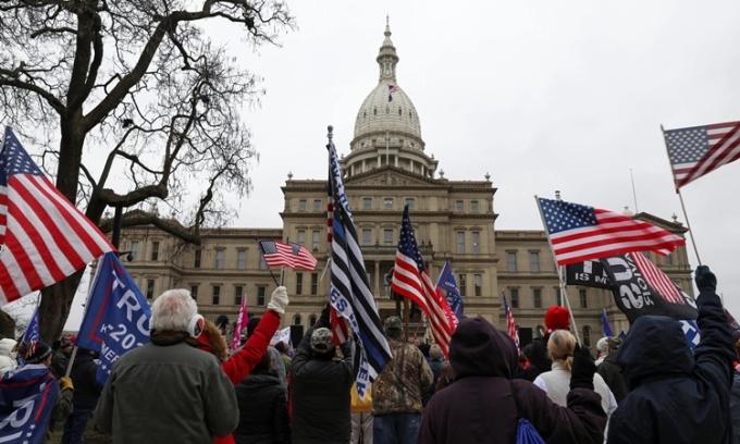 Những người ủng hộ Tổng thông Trump tập trung biểu tình ở thành phố Lansing, bang Michigan, ngày 8/12. Ảnh: Reuters.