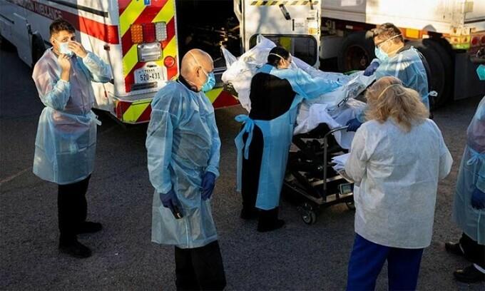 Nhân viên y tế đưa thi thể người chết vì nCoV ra khỏi container đông lạnh ở El Paso, Texas, Mỹ, ngày 16/11. Ảnh: Reuters.