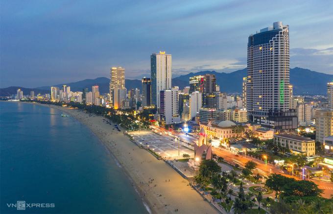 Một góc bãi biển dọc đường Trần Phú, trung tâm thành phố Nha Trang vào ban đêm. Ảnh: Vương Mạnh Cường.