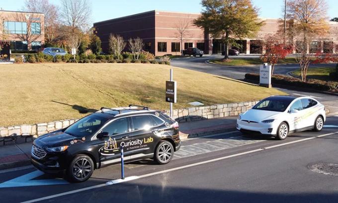 Đường năng lượng mặt trời sẽ cung cấp điện cho các trạm sạc xe điện của thành phố Peachtree Corners. Ảnh: Cnet.