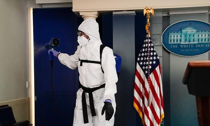 Nhân viên khử khuẩn phun khử trùng phòng họp báo hồi tháng 10, sau khi Tổng thống Mỹ xuất viện và quay lại Nhà Trắng hồi đầu tháng 10. Ảnh: Reuters