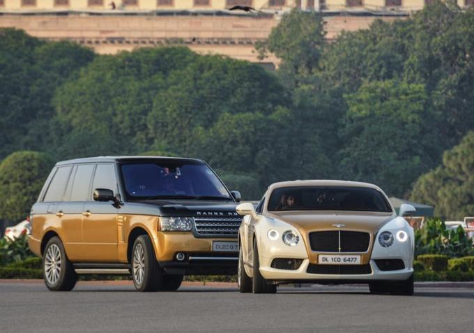 Chiếc Bentley cùng tông với Rolls-Royce Ghost, phía sau là Range Rover.