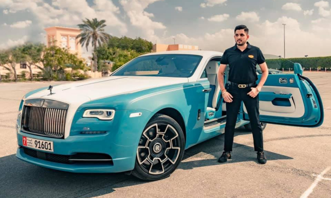 Một chiếc Rolls-Royce hai tông màu trắng-xanh ngọc với biển số có số 9.