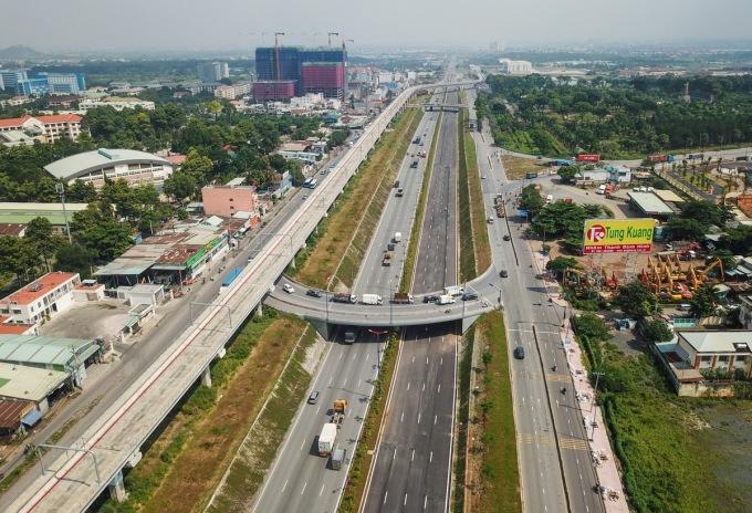 Xa lộ Hà Nội ở điểm nút giao Đại học Quốc gia TP HCM (quận 9 và Thủ Đức). Ảnh: Quỳnh Trần.