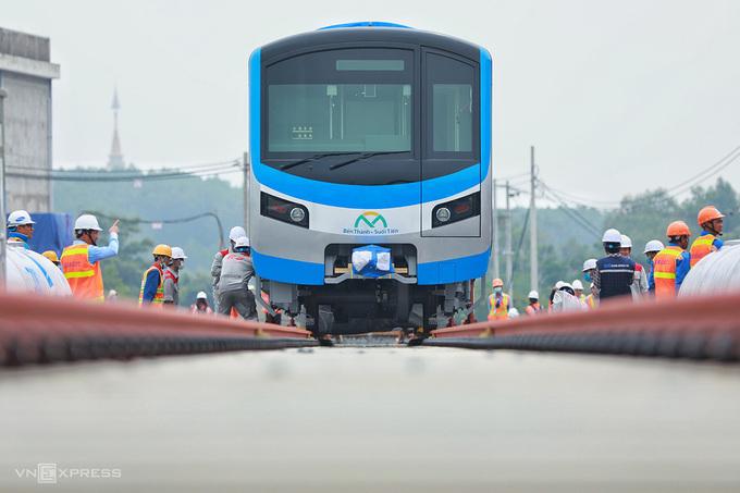 Metro Số 1 được đưa xuống đường ray depot Long Bình, quận 9, ngày 10/10. Ảnh:Hữu Khoa.
