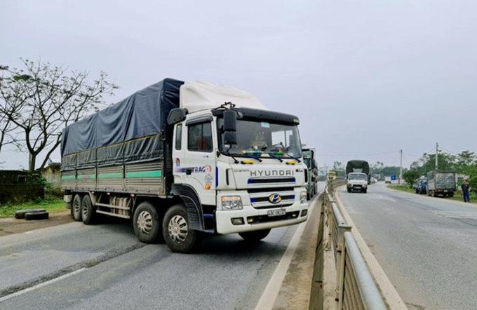 Tài xế lái xe tải chắn ngang quốc lộ khi bị cảnh sát dừng xe lập biên bản