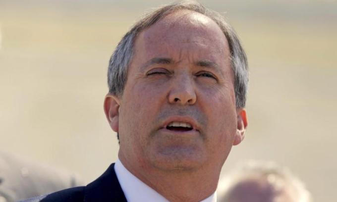 Tổng chưởng lý bang Texas Ken Paxton phát biểu bên ngoài Tòa án Tối cao Mỹ tại Washington hồi tháng 4/2016. Ảnh: Reuters.