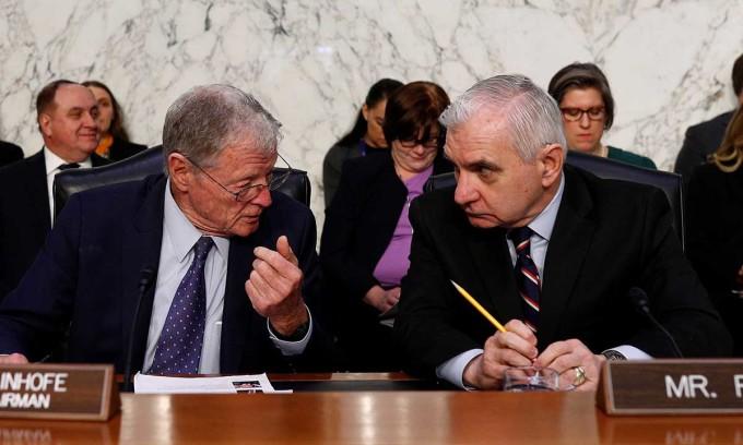CHủ tịch Ủy ban Quân vụ Thượng viện James Inhofe (trái) thảo luận với thượng nghị sĩ Jack Reed trước phiên điều trần, ngày 5/3. Ảnh: Reuters.