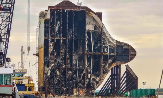 Phần còn lại của Golden Ray vẫn nằm tại chỗ sau khi một phần nhỏ được cắt rời và di chuyển tới nơi tái chế. Ảnh: Barry Barteau