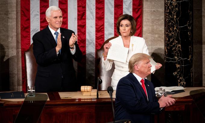 Khoảnh khắc Chủ tịch Hạ viện Nancy Pelosi (áo trắng) xé bản sao Thông điệp Liên bang tại Đồi Capitol tối 4/2. Ảnh: NYTimes.