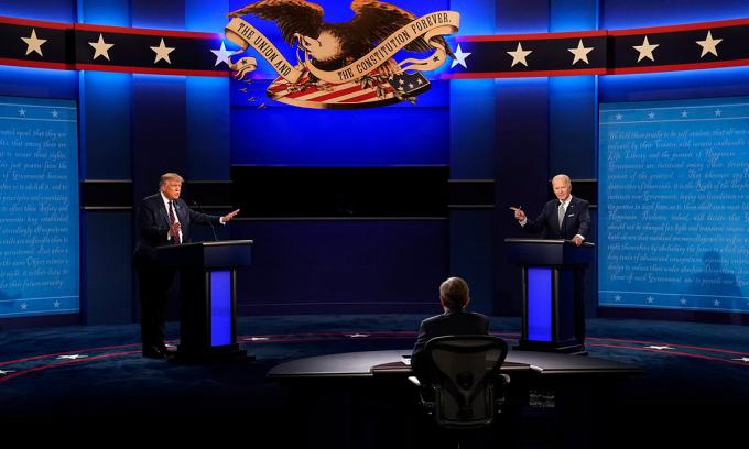 Tổng thống Trump (trái) và Joe Biden trong cuộc tranh luận đầu tiên ở Cleveland, bang Ohio hôm 29/9. Ảnh: NYTimes.