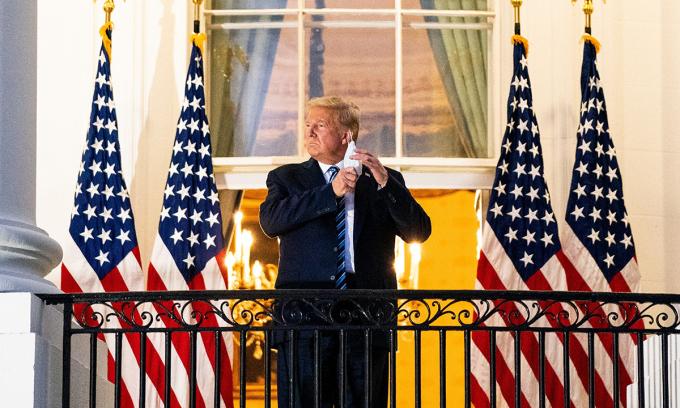Tổng thống Trump tại Nhà Trắng tối 5/10 sau khi rời Trung tâm Quân y Quốc gia Walter Reed. Ảnh: NYTimes.