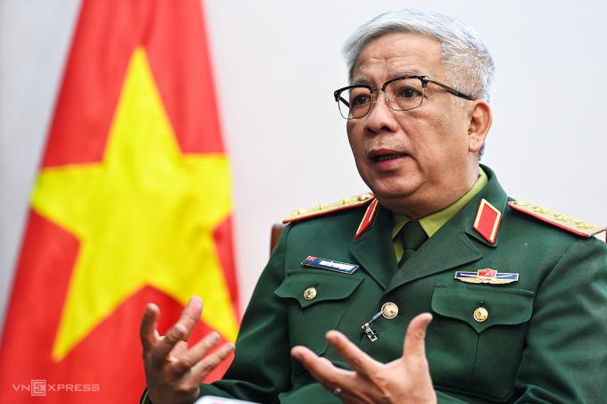 Thượng tướng Nguyễn Chí Vịnh, Thứ trưởng Quốc phòng trả lời phỏng vấn VnExpress. Ảnh: Giang Huy