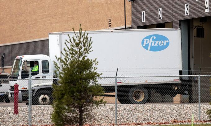 Xe tải bên ngoài nhà máy Pfizer tại bang Michigan hôm 11/12. Ảnh: Reuters.