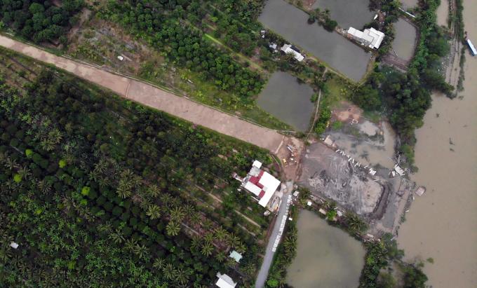 Bến phà tạm phía bờ Bến Tre đang được gấp rút thi công, sẽ hoàn thành trước 15 tháng Chạp, nhằm giảm kẹt xe cho cầu Rạch Miễu trong dịp Tết Tân Sửu 2021. Ảnh: Hoàng Nam