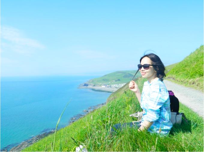 Chị Hằng Nguyễn thường đi tham quan, ngắm cảnh thành phố cổ Aberystwyth có cảnh biển và đồi núi. Ảnh: Hằng Nguyễn.
