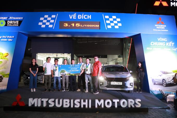 Trao giải cho đội vô địch. Ảnh: Mitsubishi