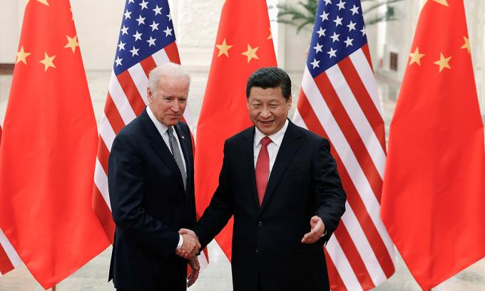 Joe Biden (trái) và Chủ tịch Tập Cận Bình tại Bắc Kinh hồi năm 2013. Ảnh: AFP.