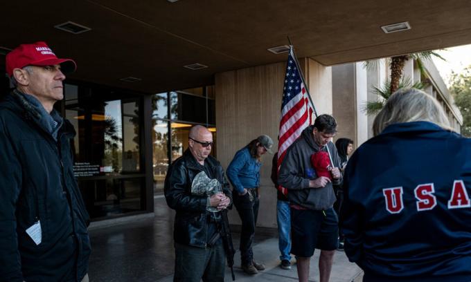 Người ủng hộ Trump tập trung cầu nguyện bên ngoài tòa nhà nghị viện bang Arizona ở thành phố Phoenix hôm 14/12. Ảnh: NY Times.