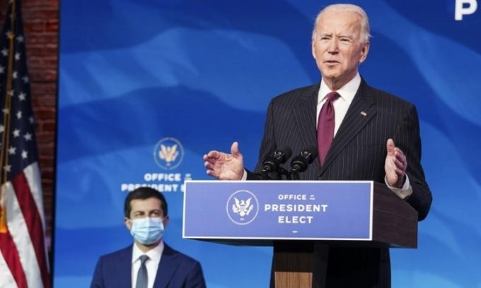 Tổng thống đắc cử Joe Biden (phải) phát biểu khi bổ nhiệm Pete Buttigieg (trái) làm Bộ trưởng Giao thông tương lai, tại Wilmington, Delaware, hôm 16/12. Ảnh: AFP.