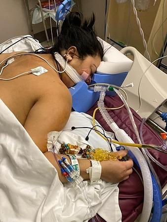 Chị Mai nằm hôn mê điều trị Covid-19 trong bệnh viện. Ảnh: Nhân vật cung cấp.