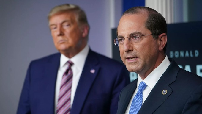 Bộ trưởng HHS Alex Azar đứng cạnh Tổng thống Mỹ Donald Trump tại Nhà Trắng hôm 20/11. Ảnh: AFP