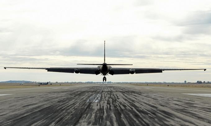 Chiếc U-2 hạ cánh sau chuyến bay thử hôm 15/12. Ảnh: USAF.