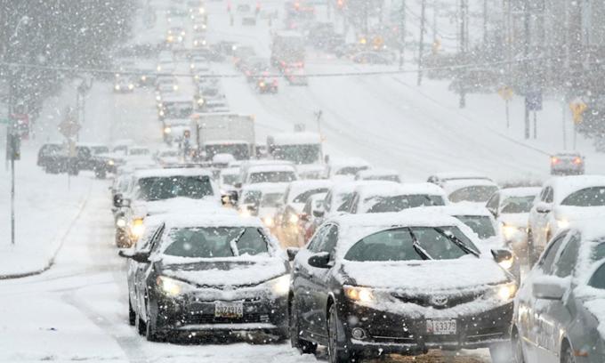 Giao thông ùn tắc trong trận bão tuyết ở bang Maryland hôm 16/12. Ảnh: AP.