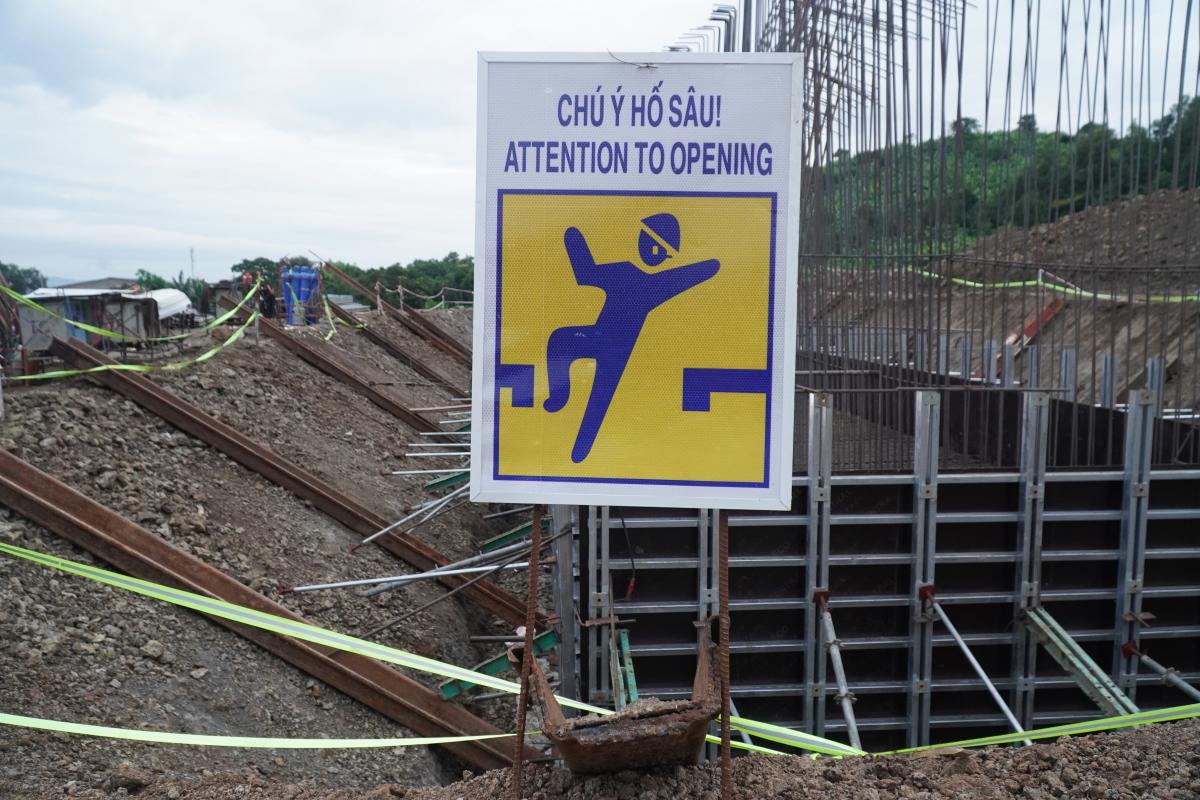 Công nhân hối hả trên công trường cao tốc Phan Thiết - Dầu Giây