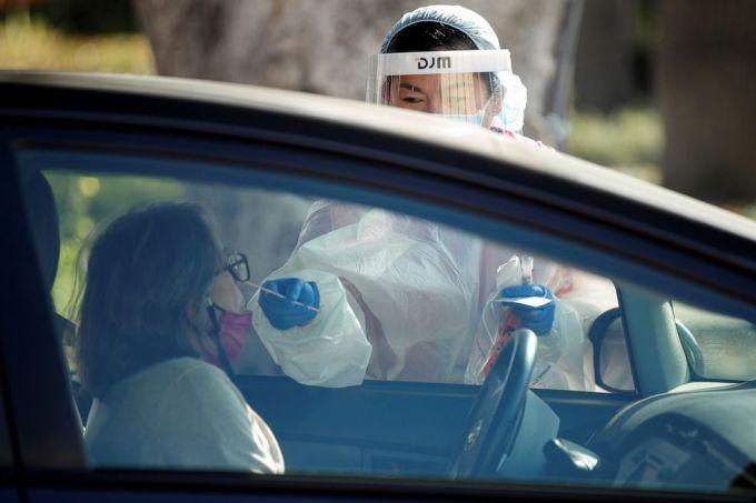 Nhân viên y tế làm xét nghiệm nCoV tại California ngày 10/12. Ảnh: Reuters.