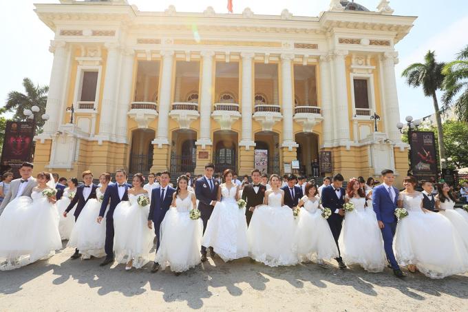 Đám cưới tập thể của 70 cặp đôi tại Hà Nội. Dự báo đến năm 2034, có 1,5 triệu nam giới không được kết hôn. Ảnh: Việt Anh