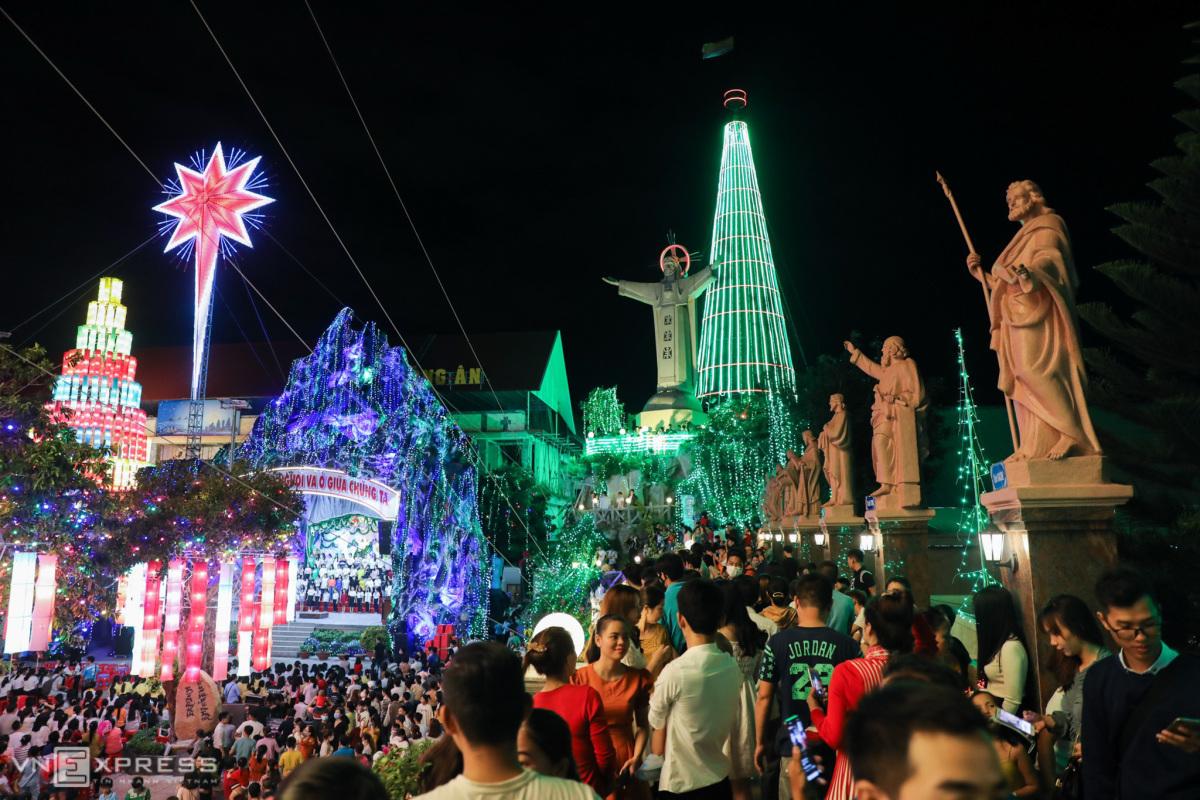 Cây thông Noel làm từ 2.340 chiếc nón lá