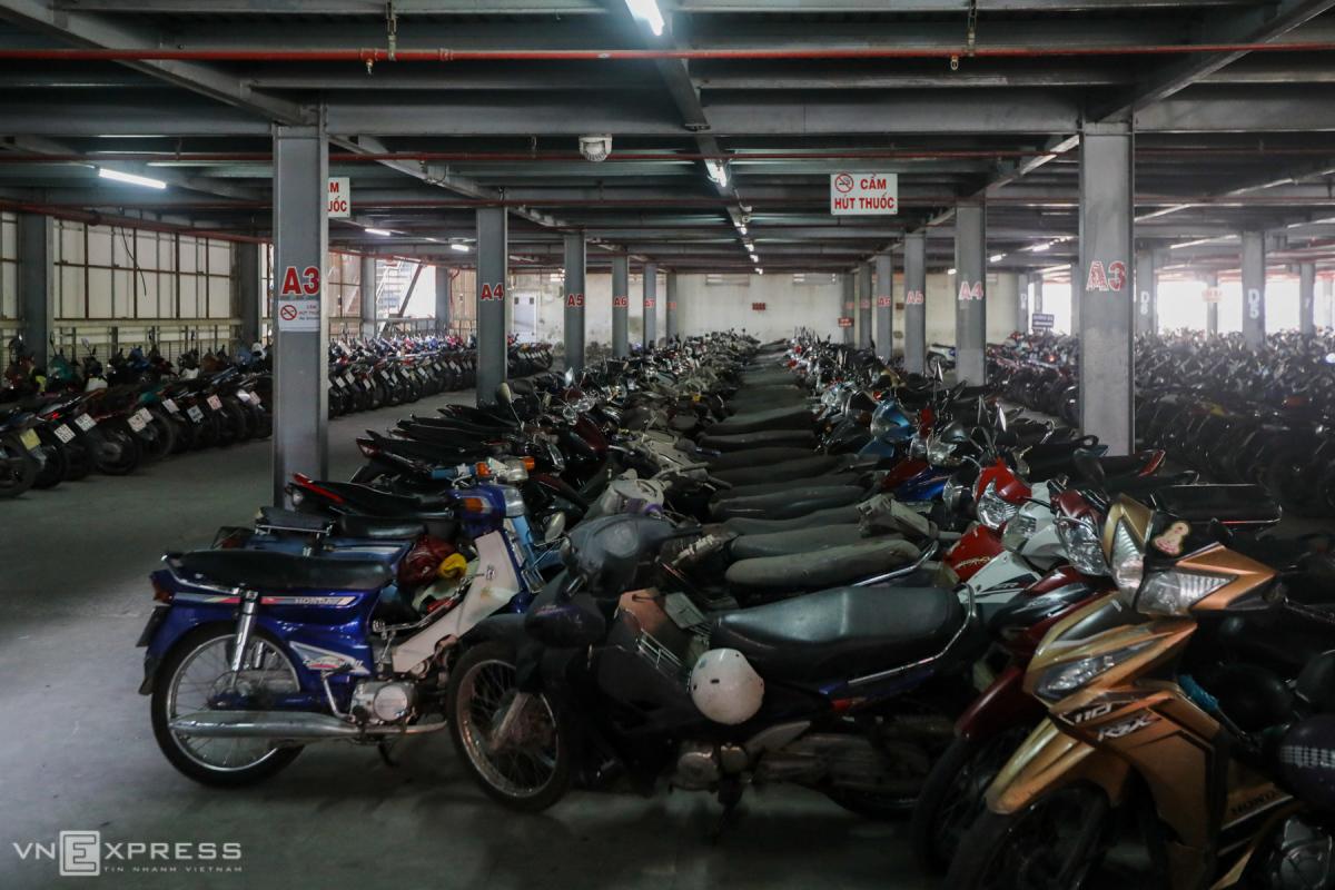 Hàng trăm xe máy bị vứt bỏ trong bến xe ở Sài Gòn