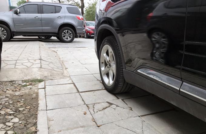 Ôtô đỗ trên vỉa hè đường Huỳnh Thúc Kháng (quận Đống Đa). Ảnh: Võ Hải.
