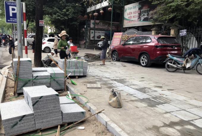 Việc lát đá vỉa hè ở đường Huỳnh Thúc Kháng