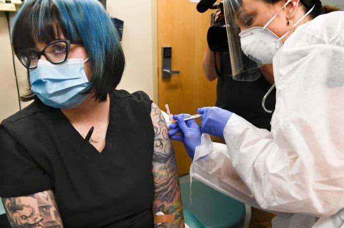 Melissa Harting, một phụ nữ ở Binghamton, New York, tình nguyện tiêm vaccine Covid-19 trong thử nghiệm lâm sàng Giai đoạn Ba của Viện Y tế Quốc gia. Ảnh: AP.