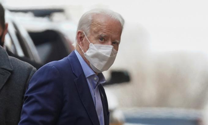 Biden bên ngoài văn phòng chuyển giao quyền lực tại bang Delaware hôm 17/12. Ảnh: Reuters.
