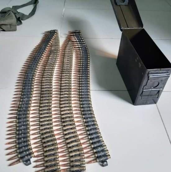 Thùng đạn 200 viên được chủ vựa ve chai giao nộp cho công an. Ảnh: Nam An.