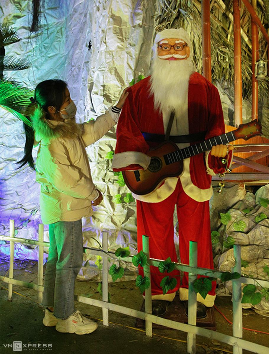 Hang đá Noel cao 24 m làm từ vỏ bao xi măng