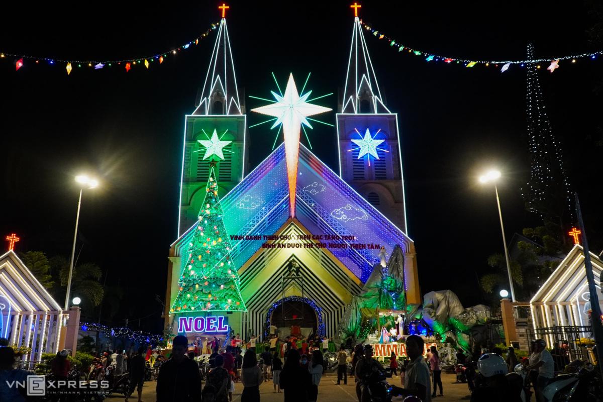 Nhà thờ Công giáo rực rỡ trước Giáng sinh
