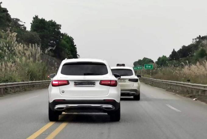 Chiếc mercedes vừa che biển số, vừa đi lấn làn trên cao tốc Nội Bài-Lào Cai chiều 20/12. Ảnh: Lê Tùng Anh