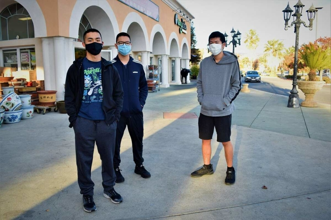 Các học sinh trung học Nathan Le, Andrew Le và Jonathan Nguyen đứng trước trung tâm thương mại San Jose. Nathan Le đang làm thêm để giúp bố mẹ do họ bị mất việc. Ảnh: San Jose Spotlight.