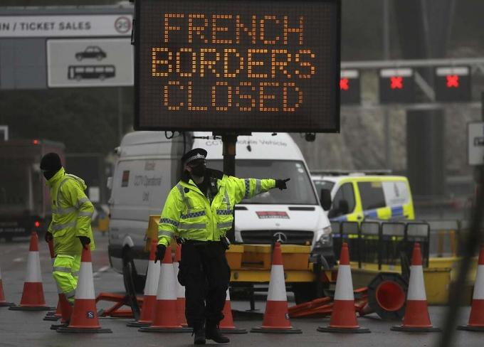 Biển thông báo Pháp đóng biên với Anh ngày 21/12, sau khi phát hiện chủng nCoV mới. Ảnh: AP.