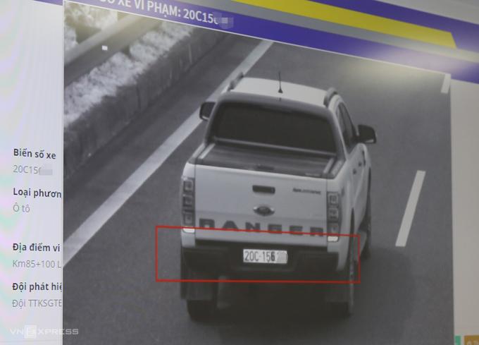 Hình ảnh trích xuất từ camera trên cao tốc Nội Bài-Lào Cai phát hiện một chiếc xe bán tải biển Thái Nguyên dùng sơn để sửa một chữ số. Ảnh: Phương Sơn