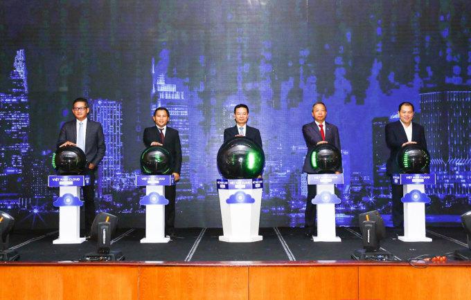 Bộ trưởng Bộ Thông tin và Truyền thông Nguyễn Mạnh Hùng và đại diện các doanh nghiệp trong lễ phát động Chiến dịch thúc đẩy chuyển đổi số bằng điện toán đám mây ngày 22/5 tại Hà Nội. Ảnh: Bộ TT&TT