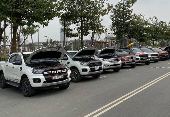 Nhóm chủ xe Ford có động cơ rò rỉ dầu tập trung tại Hà Nội hôm 1/3. Ảnh: Quốc Việt