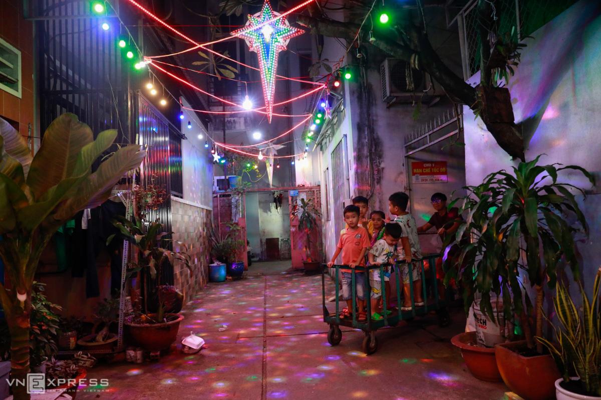 Đón Giáng sinh trong hẻm Sài Gòn