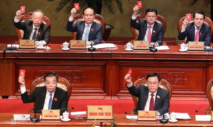 Hàng đầu từ trái qua: Chủ tịch UBND TP Hà Nội Chu Ngọc Anh, Bí thư Thành ủy Hà Nội Vương Đình Huệ tại Đại hội Đảng bộ TP Hà Nội lần thứ XVII, nhiệm kỳ 2020-2025, ngày 12/10. Ảnh: Ngọc Thành